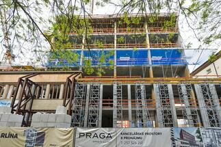 Construction of the monolithic structure of the office building PRAGA Office & Garden reached the highest level
